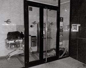 Fig. 1: Un nómada encuentra refugio dentro del espacio diseñado para ubicar un cajero automático