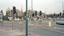 Extraños: elementos para el control y la seguridad, llámese diseño tradicional para el resguardo de peatones. Intersección Kew Bridge en el área de Brentford, London. Fuente: Knoledge.allianz.com
