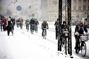Ciclistas: llueva, haga sol o una nevada. Fuente: Mikael Colville-Andersen https://www.flickr.com/photos/16nine/4368136709/sizes/l