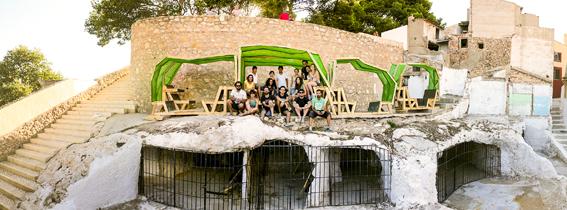 """""""Cuevas Monu-Bench y Parlamentos Urbanos"""", taller de intervención en el espacio público, patrimonio e identidad. Zuloark y PKMN en la edición del año 2013. Fuente: elCASC."""