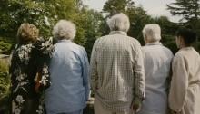 Imagen de la película: «¿Y si vivimos todos juntos?» de Stéphane Robelin (2011), donde se aborda el tema de la vejez y la vida en comunidad como alternativa a la residencia de ancianos.
