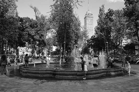 Niños juegan en una fuente, lugar habitualmente restringido. Alameda Central, Ciudad de México. Fuente: Archivo personal.