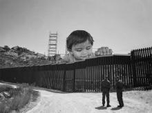 Sobre las fronteras y las políticas de inmigración; obra del artista JR. «Kikito and the border patrol». Tecate, México – USA. 2017. Fuente: http://www.jr-art.net