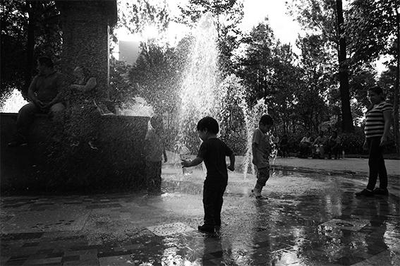 Niños jugando. Alameda Central, Ciudad de México. Fuente: Archivo personal.